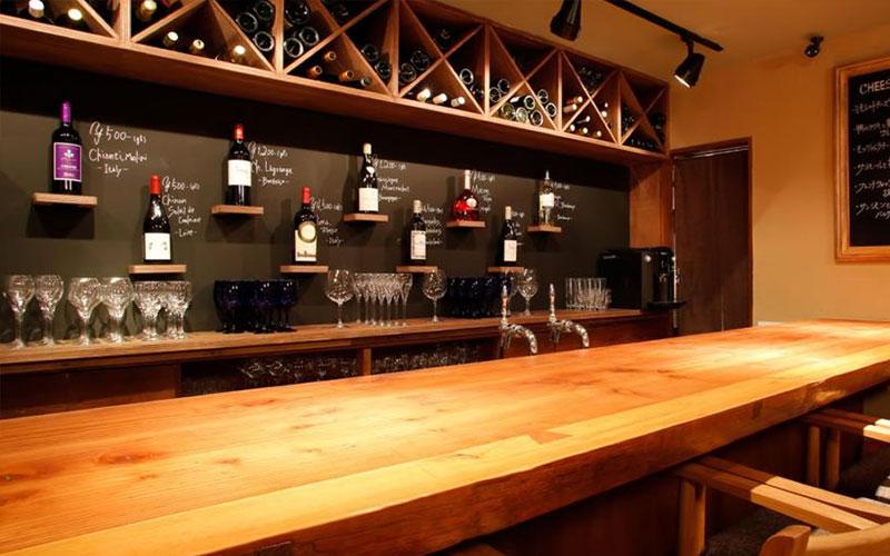 ワインボードが自慢のヨーロッパ風パブカウンター