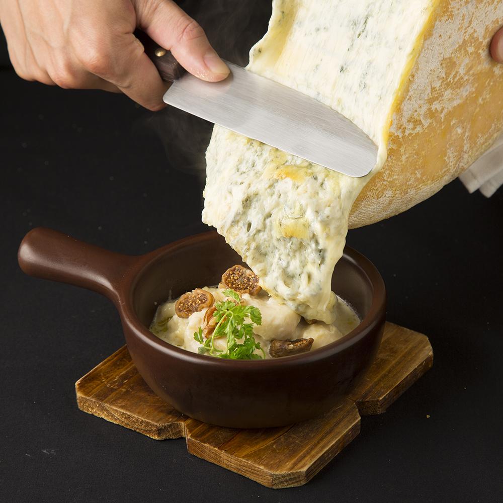 とろっとろブルーラクレット&シェフ自慢のチーズレシピで満足☆スパークリングやサングリア含む2時間飲み放題 5300円(税抜)