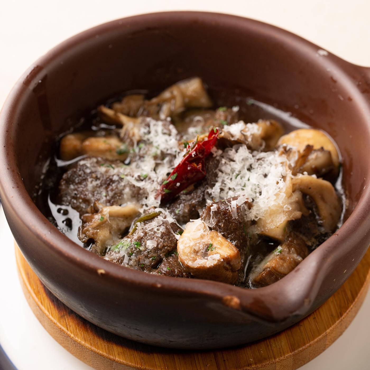 牛タンと舞茸のアヒージョ パルミジャーノ風味 980円